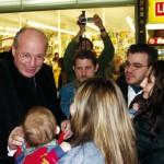 An einem 8. Dezember mischte sich sogar Kardinal Dr. CHRISTOPH SCHÖNBORN unter die vielen Besucher.