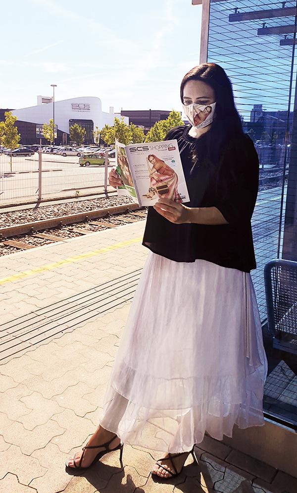 Frau mit ShoppingInternMagazin vor SCS