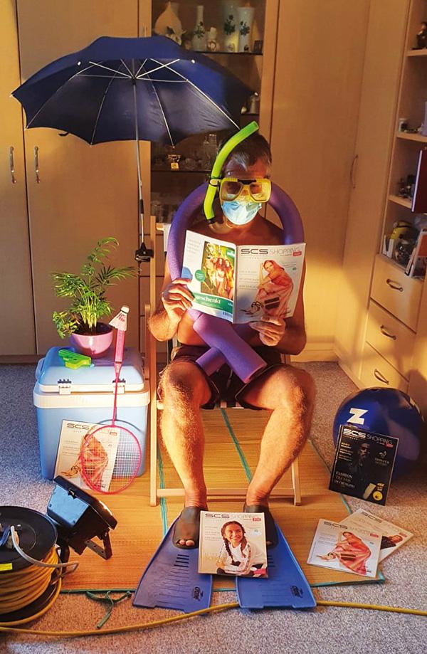 Man mit Badeutensilien Zuhause SCS Magazin