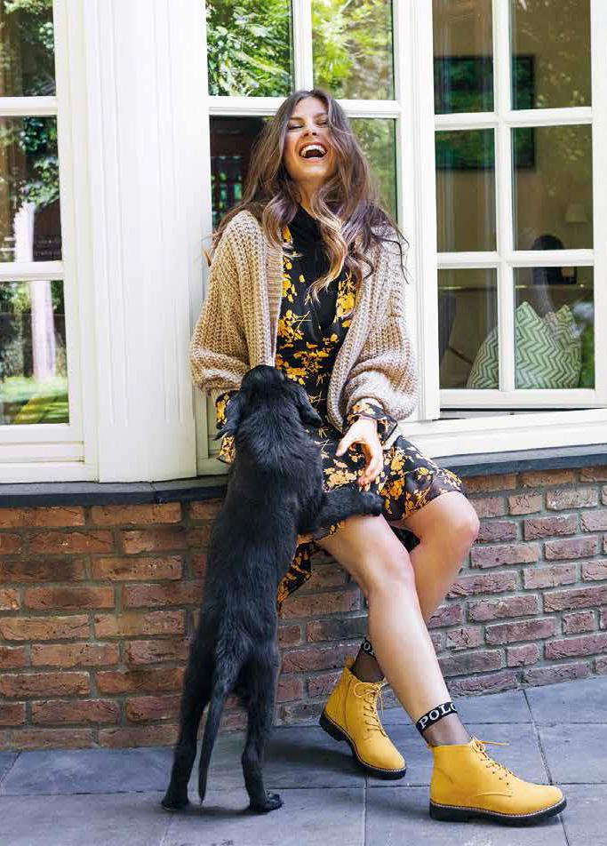Frau mit Hund Herbstmode SCS